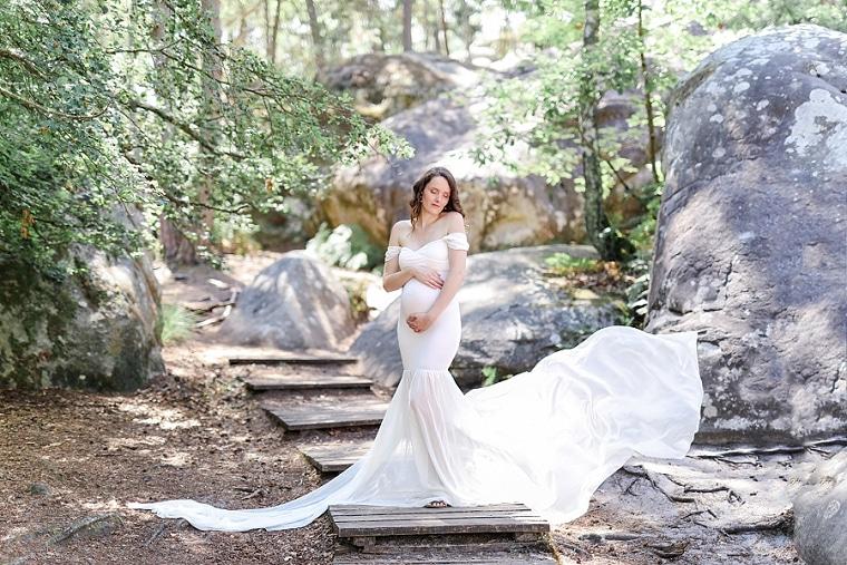 photo de femme enceinte en forêt