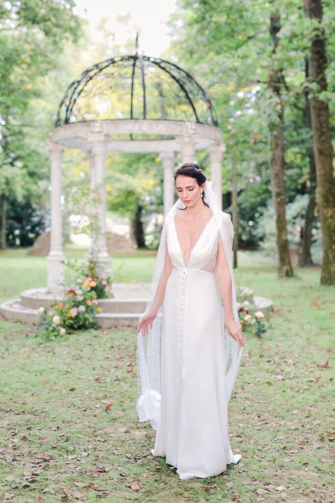 mariée sous une arche au château de barthélèmy