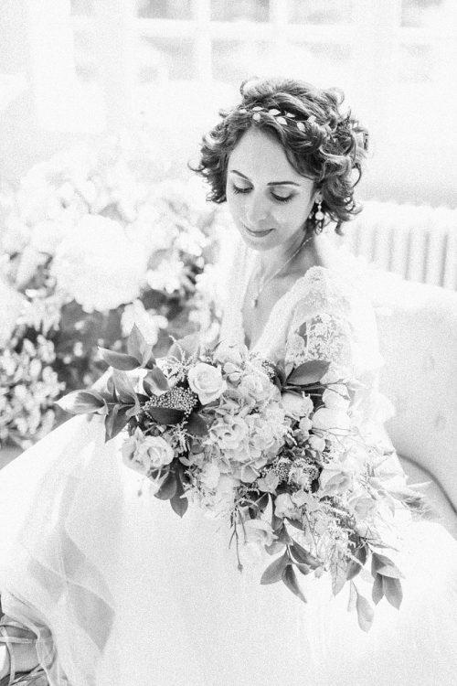 mariée assise avec son bouquet de fleurs