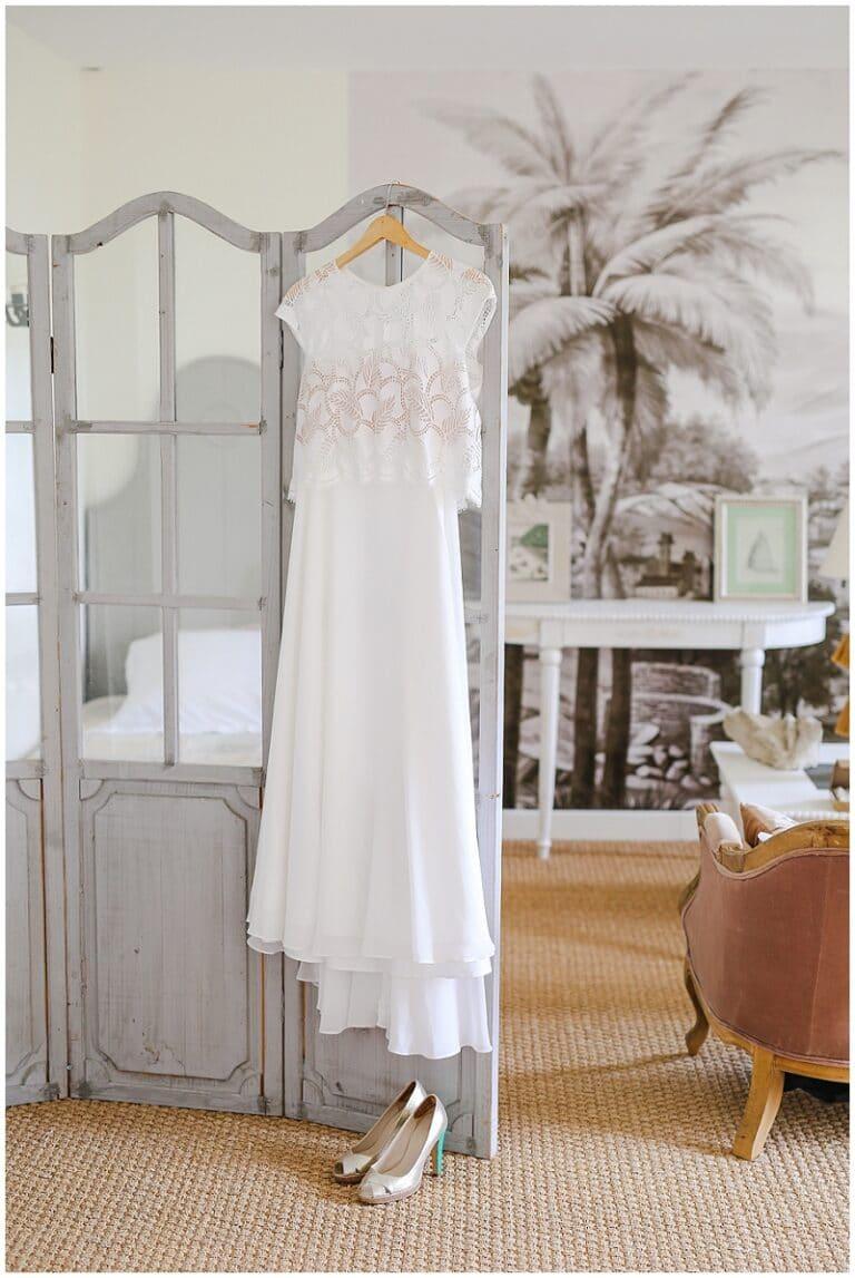 robe de mariée sur un paravent