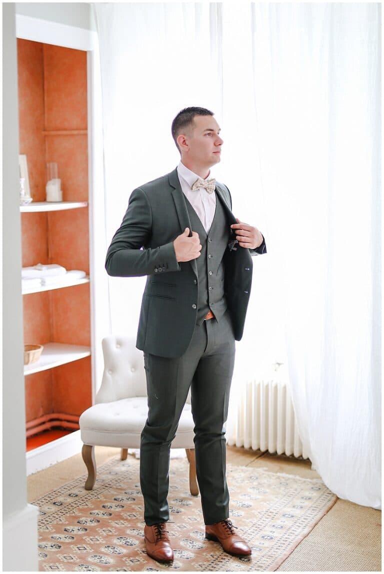 marié qui enfile en costume