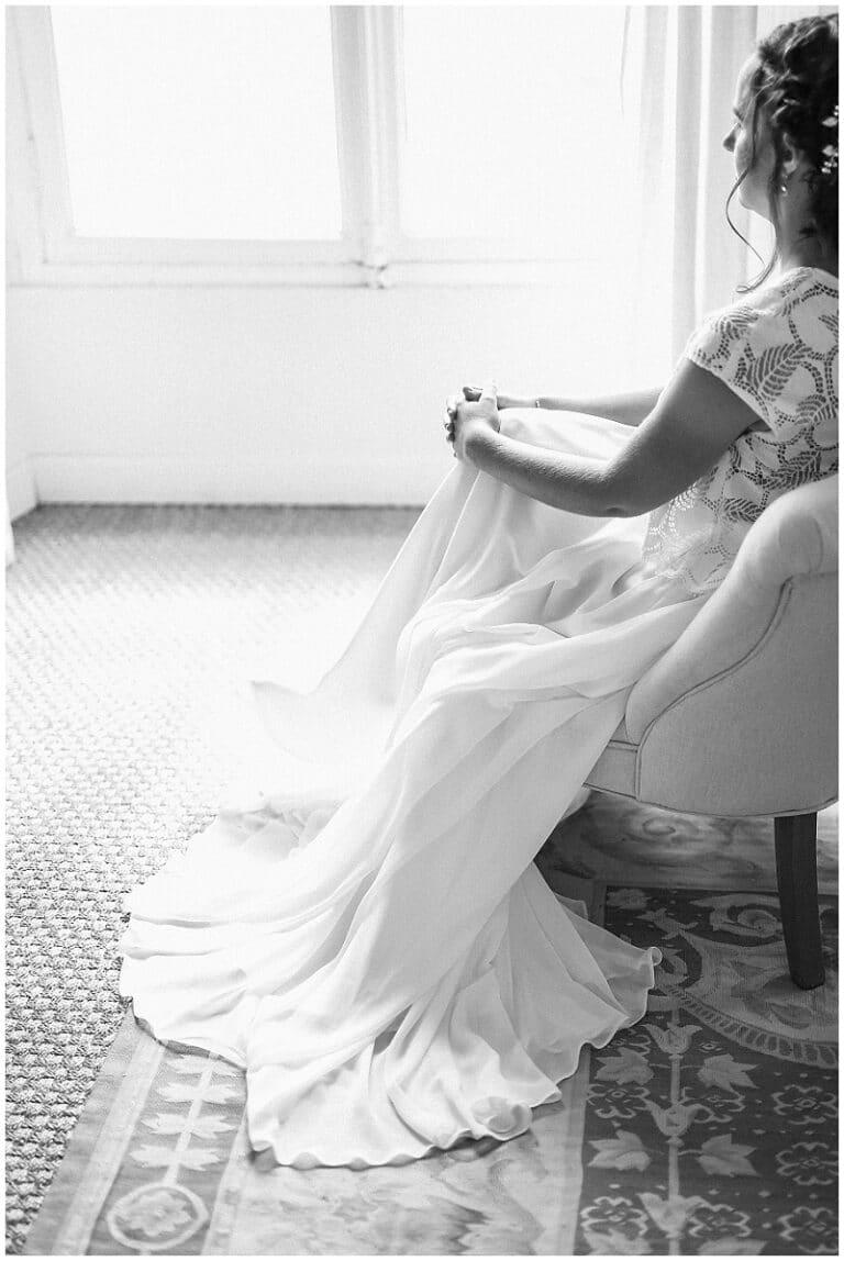 mariée assise dans un fauteuil