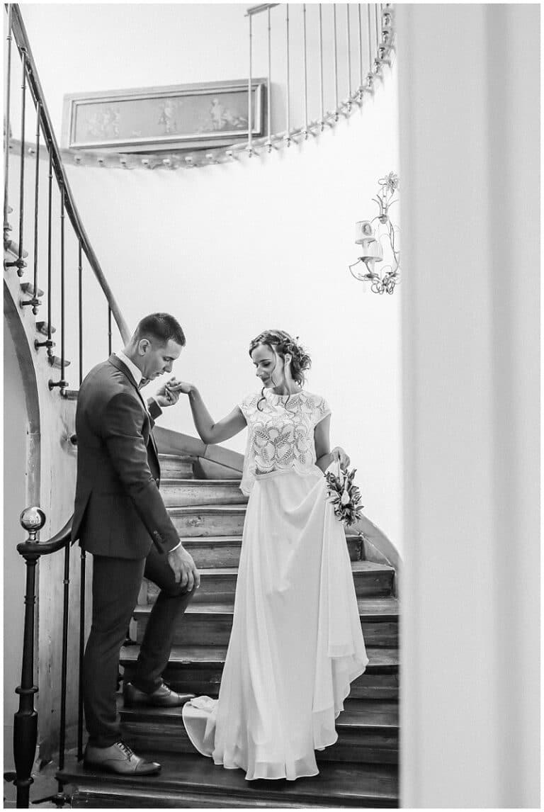 descente d'escalier de chateau avec mariés