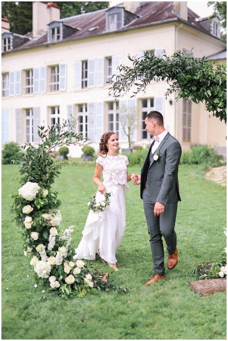 mariée devant une arche végétale pour une cérémonie laique