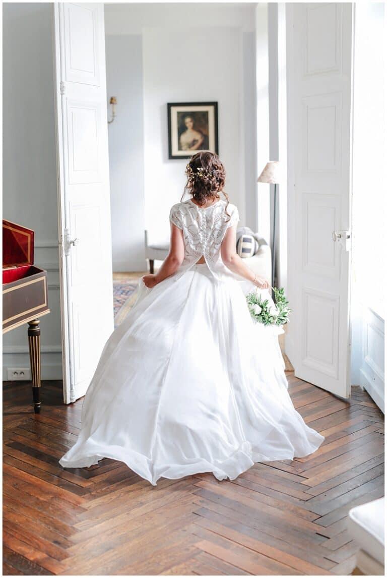 mariée qui court dans un chateau