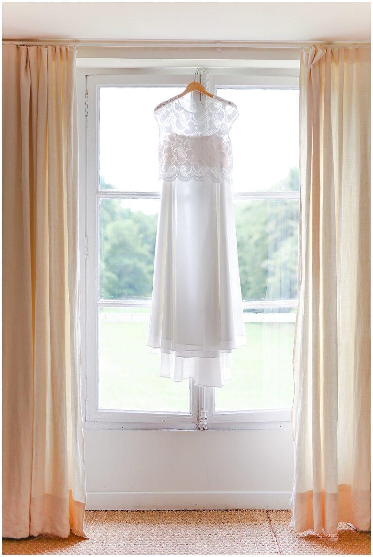 robe de mariée sur fenetre
