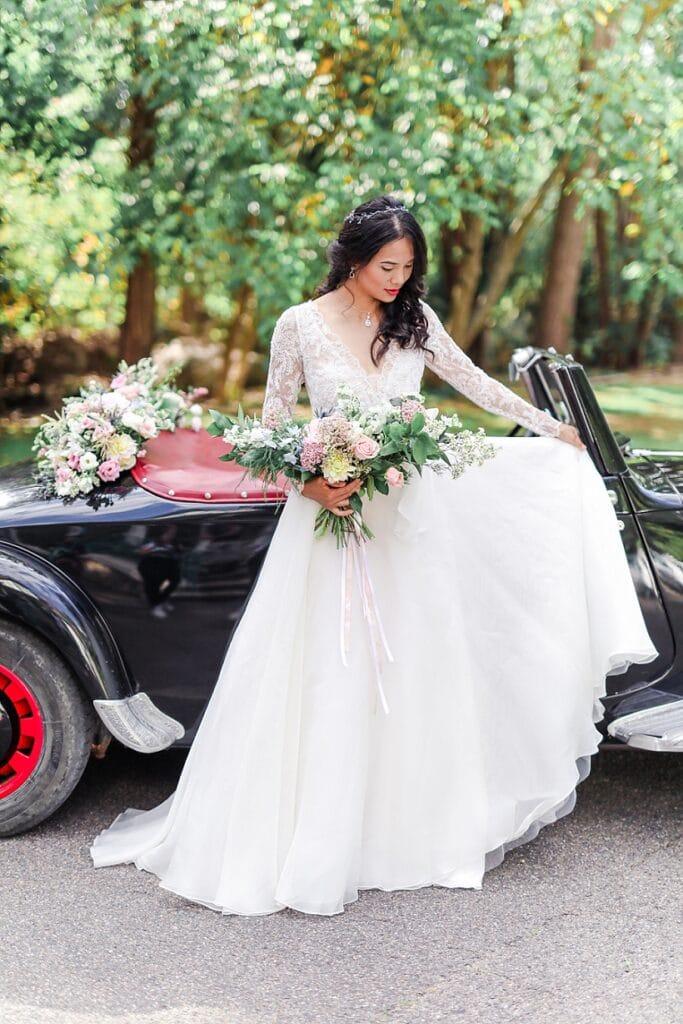 mariée devant une voiture de collection