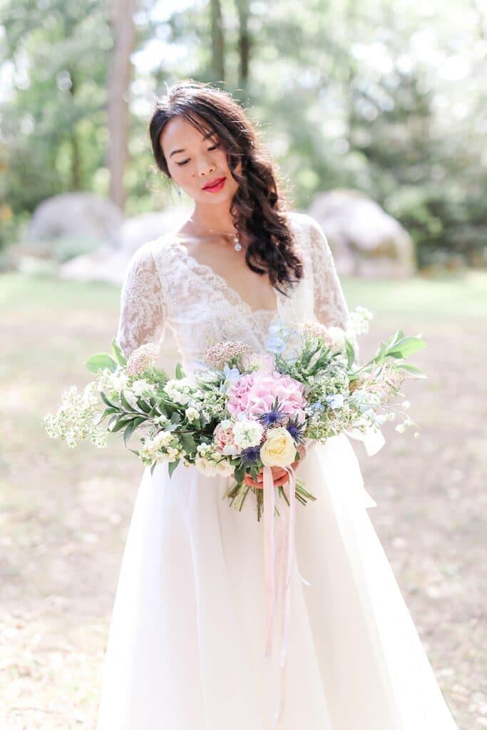 mariée chinoise qui tient un bouquet
