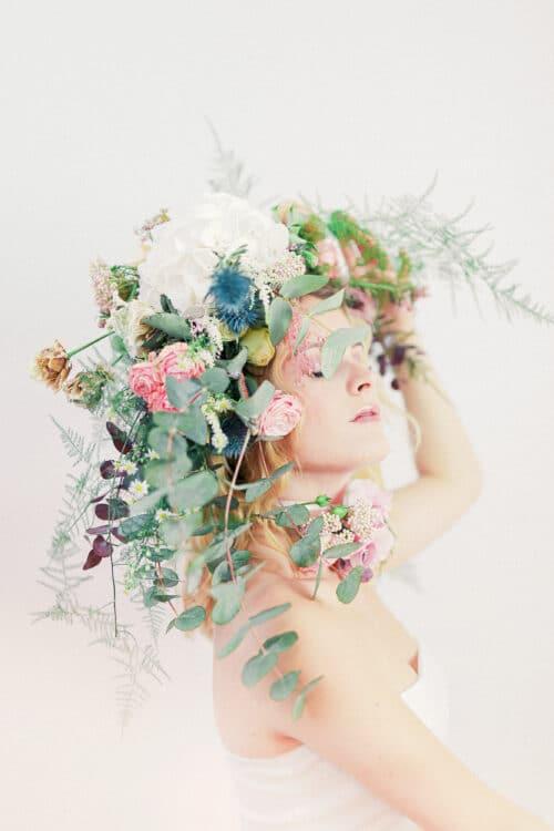 portrait femme avec fleurs aphrodite