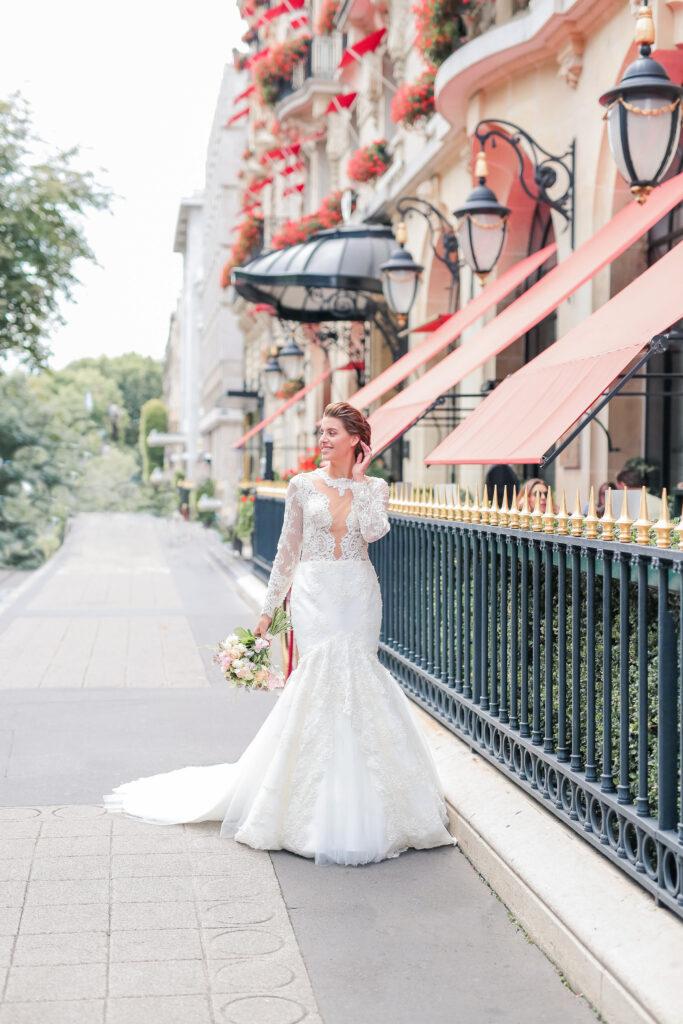 femme en robe de mariée qui marché à côté du plaza athenée