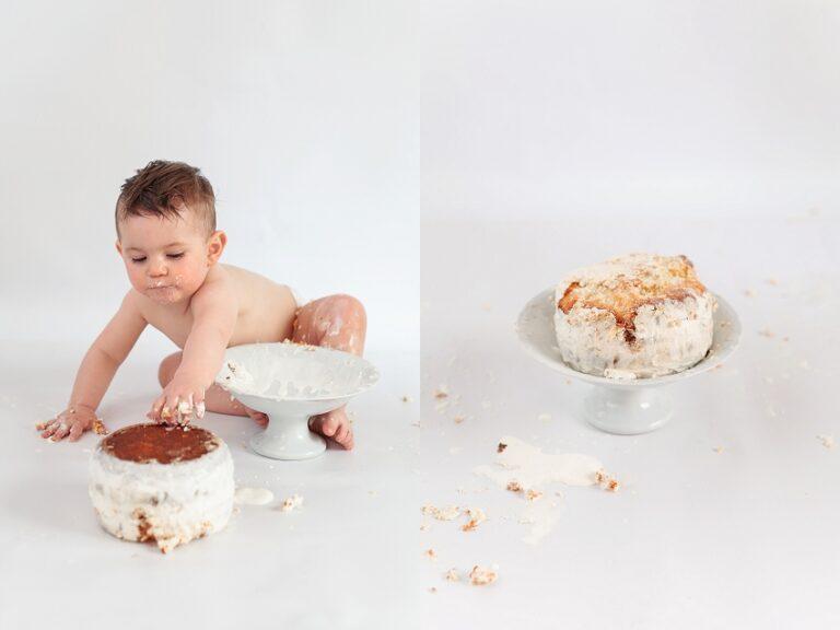 bebe qui renverse son gateau d'anniversaire