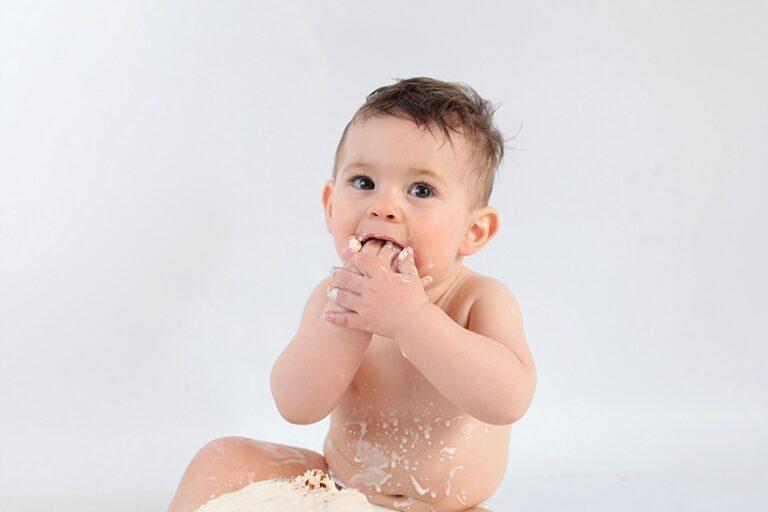 bebe qui mange un gateau pour ses 1 an