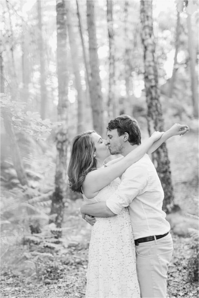 couple en forêt en noir et blanc
