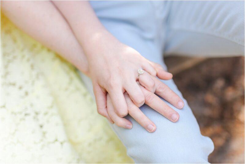 main dans le main avec baille de fiancaille