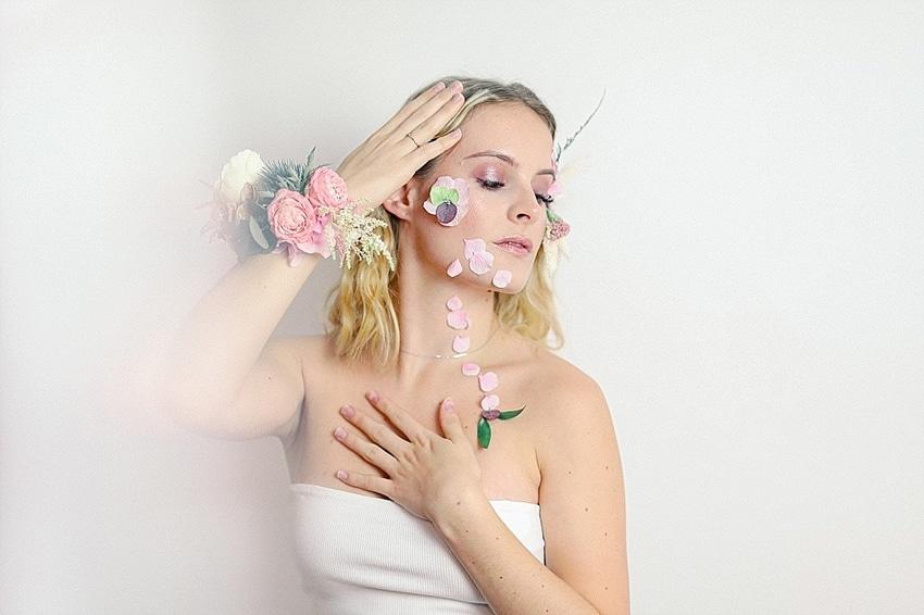 portrait avec fleurs et couronne