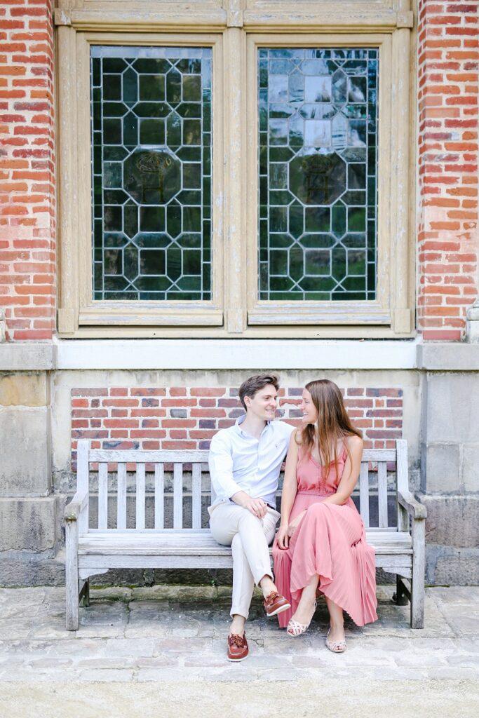 couple assis sur un banc au château de fontainebleau