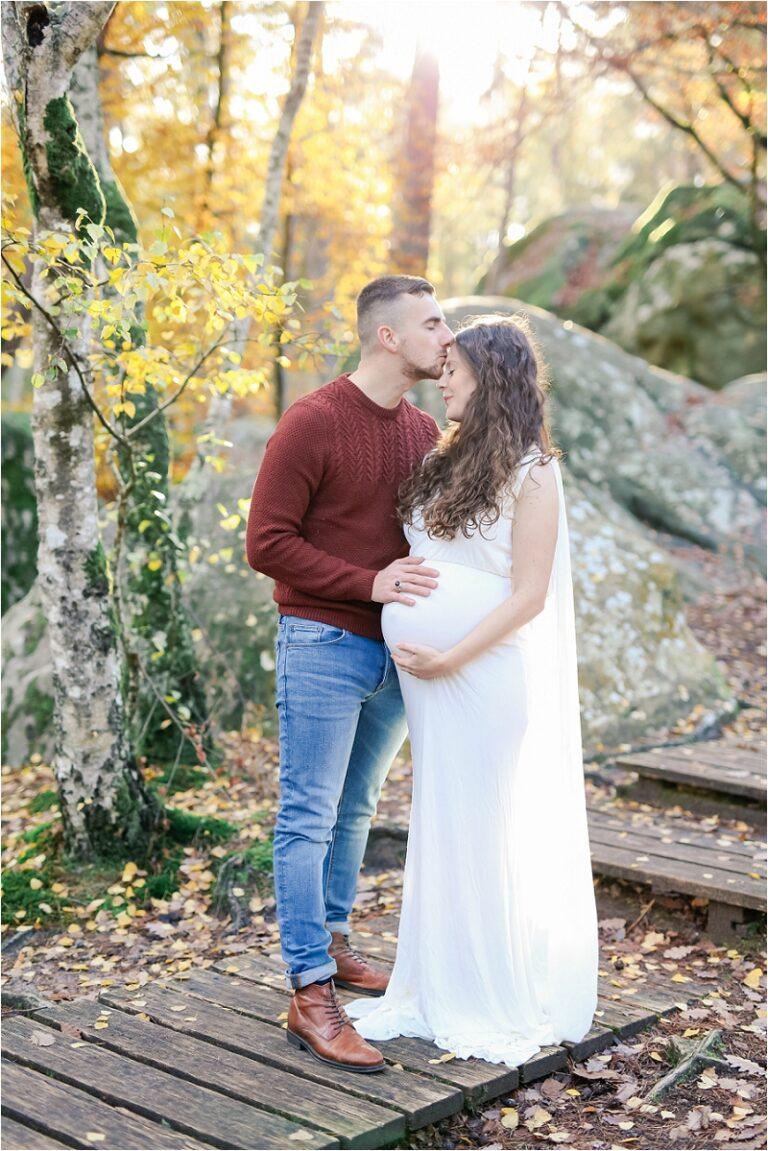 séance de couple dans la foret en automne