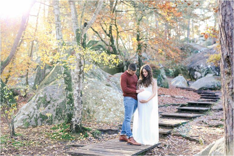 un couple en foret pour une séance photo grossesse