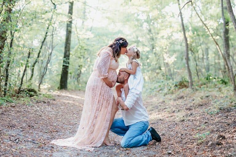 séance grossesse 77 fait un bisous à sa fille et son mari lui embrasse le ventre