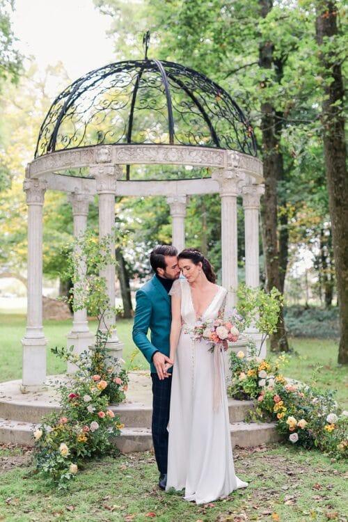 photo de mariés sous arche au château barthelemy