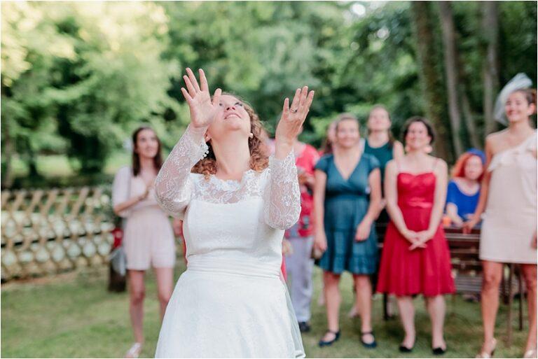 photographe mariage la mariée lance le bouquet