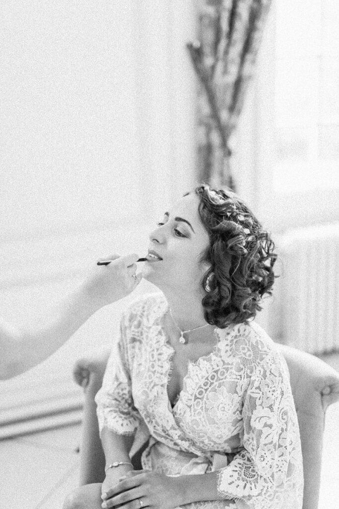 pose de rouge à lèvre pour un mariage