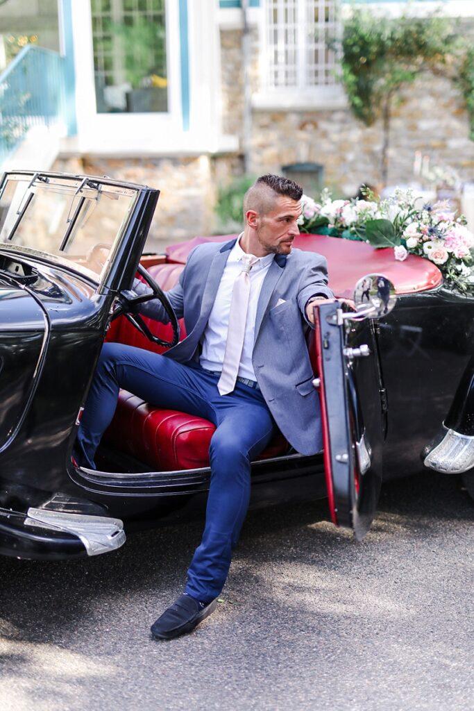 marié dans une voiture de collection