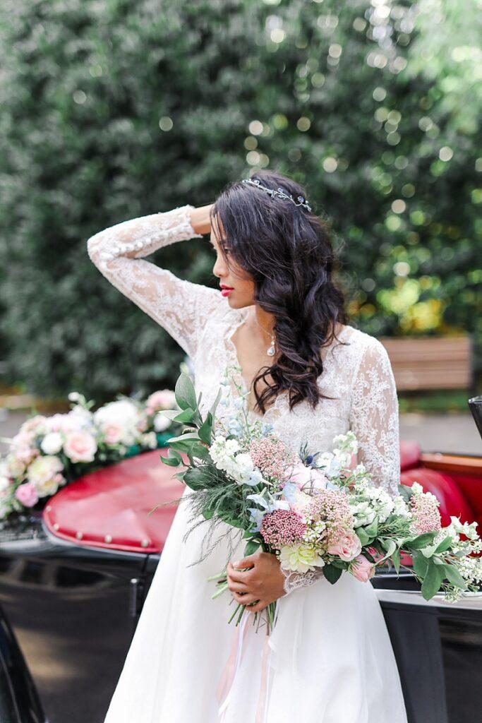 mariée asiatique avec un bouquet de fleur