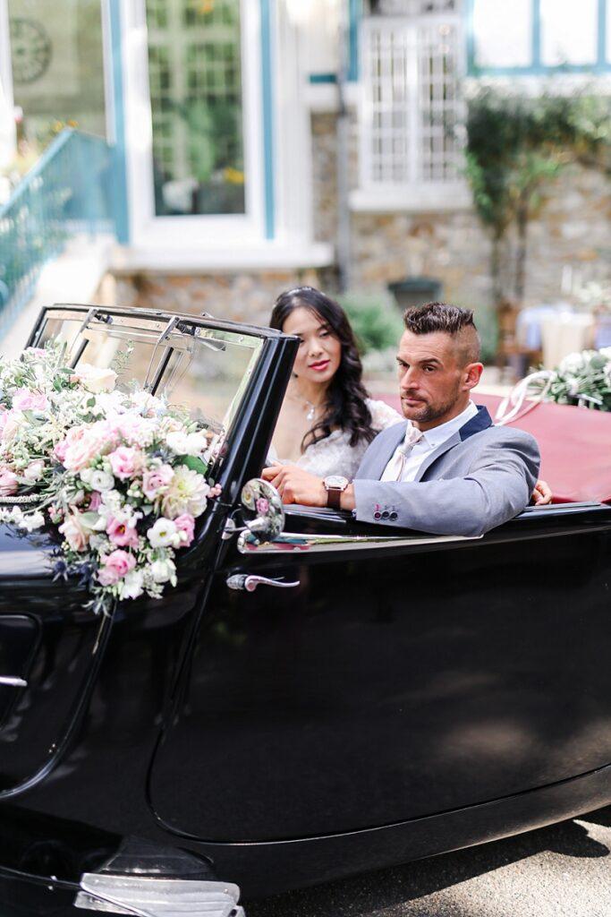 mariés dans une voiture décapotable noire