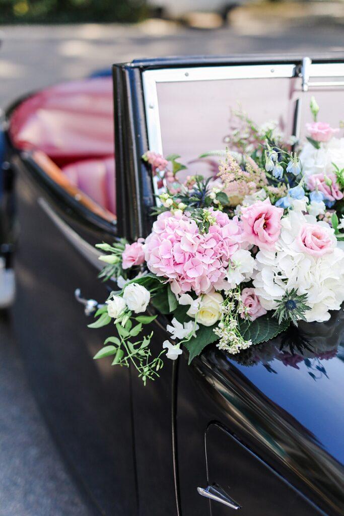 composition florale sur une voiture de collection