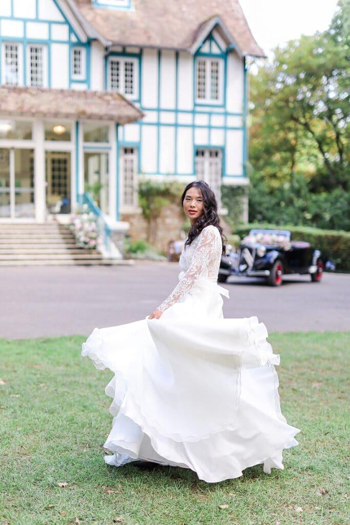 mariée qui court devant une voiture