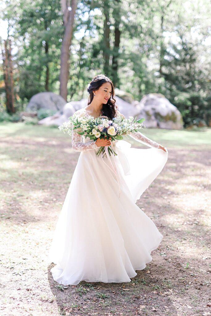 mariée qui danse dans la foret