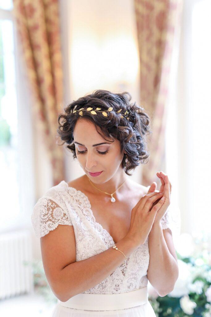 portrait de mariée pendant les préparatifs