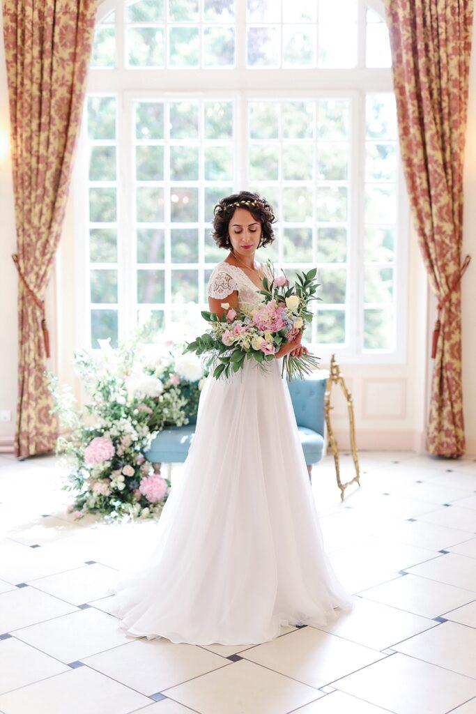 mariée avec un bouquet de fleur