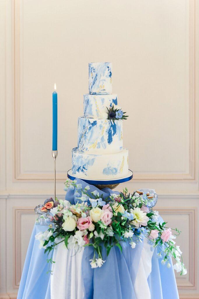 wedding cake en bleu aquarelle