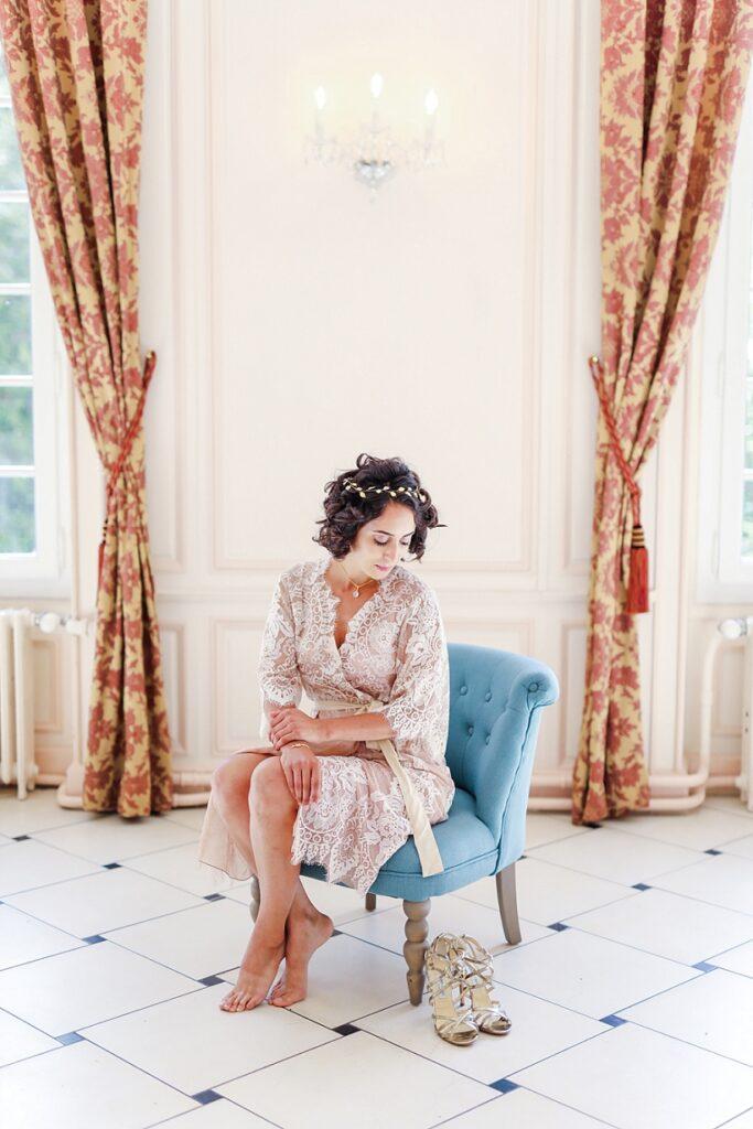 mariée assise sur un fauteuil