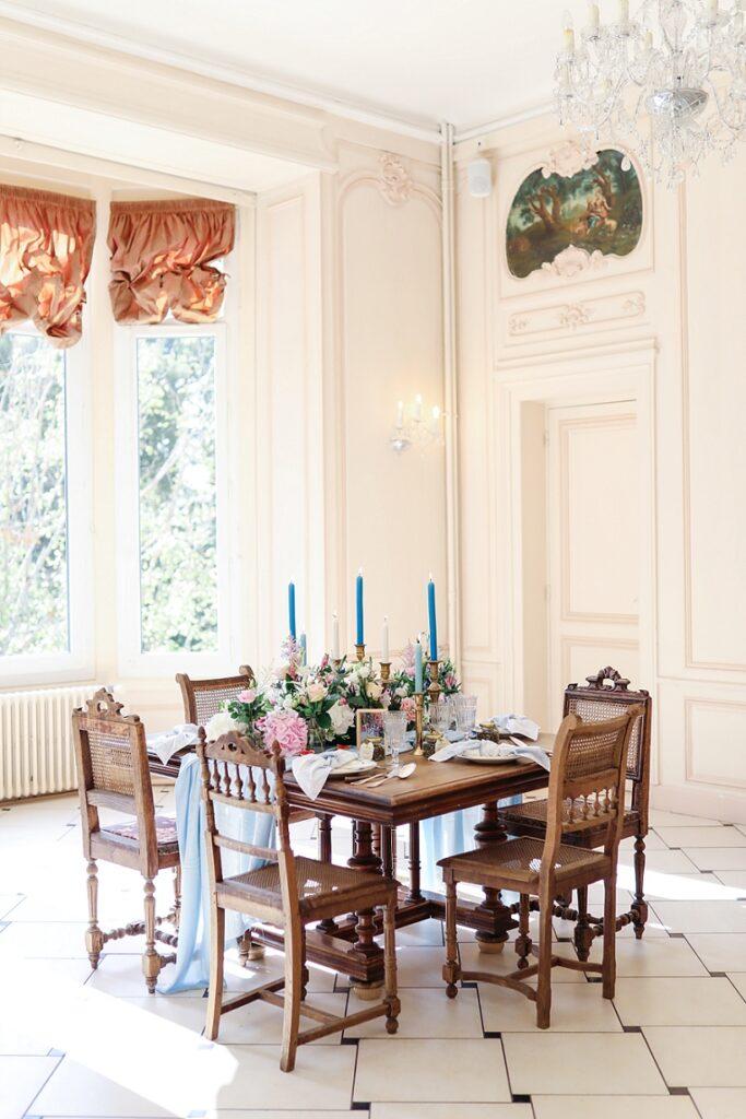 salle de mariage avec table ancienne